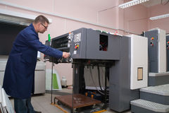 Impressora que trabalha na máquina do offset fotos de stock