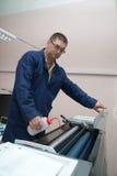 Impressora que trabalha na máquina do offset fotografia de stock