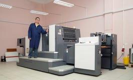 Impressora que trabalha na máquina do offset fotografia de stock royalty free