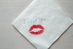 Impressum oder eine Spur von einem Kuss, roter Lippenstift auf einer weißen Serviette Stockbild