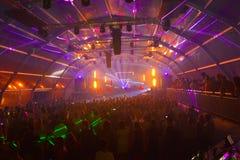 Impreza rave muzyka, lato nocy klub, Kolorowi Lazer światła fotografia stock