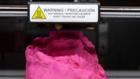 Imprima la figura rosa en el primer de la impresora 3D almacen de metraje de vídeo