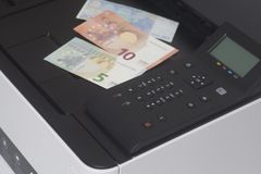 Imprimante avec l'euro argent de billet de banque Photographie stock