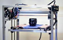 imprimante 3D imprimant un modèle sous forme de plan rapproché noir de crâne Photos stock