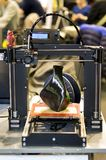 imprimante 3D imprimant un modèle sous forme de plan rapproché noir de vase Photographie stock libre de droits