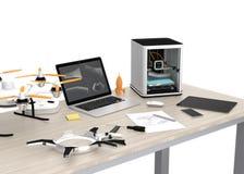 imprimante 3D, ordinateur portable, tablette et bourdon sur une table Photo stock