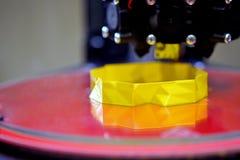 imprimante 3d tout en imprimant un plan rapproché jaune d'objet Photo libre de droits