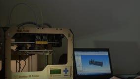 Imprimante de plastique tridimensionnelle électronique pendant le travail, 3D imprimante, impression 3D banque de vidéos