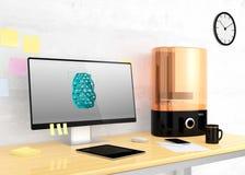 Imprimante et ordinateur de bureau de SLA 3D sur une table Photo stock