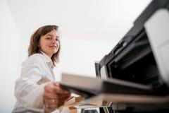 Imprimante fonctionnante de woth de personne d'affaires Photographie stock