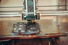 Imprimante imprimant les objets gris sur le plan rapproché extérieur réfléchissant de miroir Image libre de droits