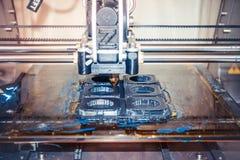Imprimante imprimant les objets gris sur le plan rapproché extérieur réfléchissant de miroir Photographie stock