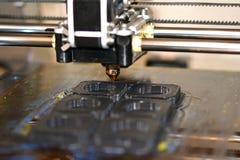 Imprimante imprimant les objets gris sur le plan rapproché extérieur réfléchissant de miroir Images stock