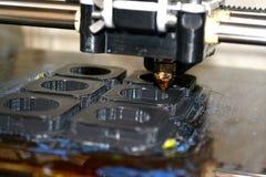 Imprimante imprimant les objets gris sur le plan rapproché extérieur réfléchissant de miroir Photo stock