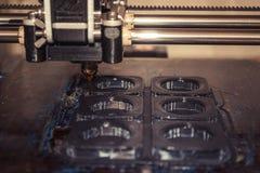 Imprimante imprimant les objets gris sur le plan rapproché extérieur réfléchissant de miroir Photo libre de droits