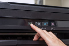 Imprimante 'Marche/Arrêt' de bouton en gros plan de main image libre de droits
