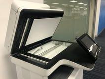 imprimante multifonctionnelle dans le bureau de manière opérationnelle photographie stock