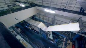 Imprimindo a fábrica com um mecanismo industrial que imprime o jornal fresco video estoque