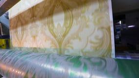 Imprimindo no papel de parede, o processo de imprimir o papel de parede usando uma m?quina impressora video estoque