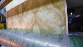 Imprimindo no papel de parede, o processo de imprimir o papel de parede usando uma m?quina impressora filme