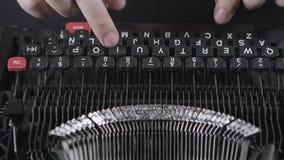 Imprimir na máquina de escrever velha vídeos de arquivo