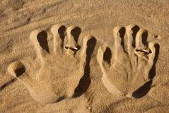 Imprin der Hände des Ehemanns und der Frau. Stockbild