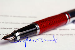 Impronta dell'inchiostro blu sul documento finanziario Fotografie Stock