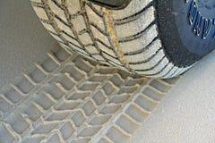 Impronta della gomma sulla sabbia della spiaggia Immagine Stock