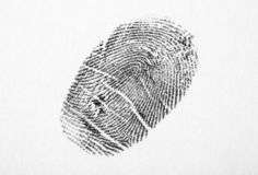 Impronta digitale nera su bianco Modello della cresta di attrito fotografia stock libera da diritti