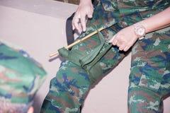 Improvice αιμοστατικών επιδέσμων επάνω από το γόνατο Στοκ εικόνες με δικαίωμα ελεύθερης χρήσης
