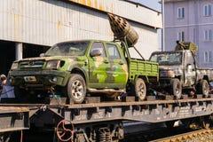 Improvisierte Gewehr-LKWs von Terroristen auf einem Bahnflachwagen lizenzfreie stockfotografie