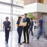 Improwizowany spotkanie w lobby szpital, kwadratowy format obraz royalty free