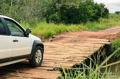 Improwizujący bridżowy robić drewno ten przechodzi nad rolną rzeką Obrazy Stock
