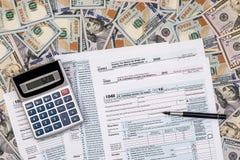 impuesto 1040 con de dólar billete de banco, pluma Imagenes de archivo