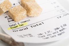 Impuesto del azúcar mostrado en cuenta del restaurante Foto de archivo libre de regalías