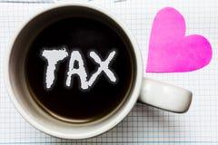 Impuesto del texto de la escritura de la palabra El concepto del negocio para el pago obligatorio de impuestos de la gente al gob imagenes de archivo