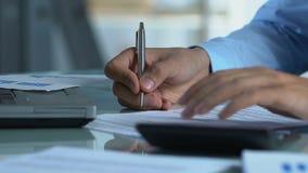 Impuestos de compañías calculadores del hombre de negocios, completando la declaración anual, finanzas almacen de metraje de vídeo