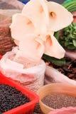 Impulse und Calla Lily Flowers in den Plastikschüsseln und in den Taschen auf mexikanischem Markt lizenzfreie stockfotos