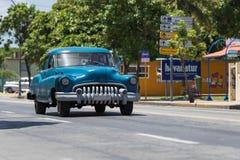 Impulsión clásica americana azul del coche en el canal VaraderoCuba del camino Imagen de archivo