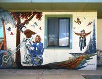 Impulsión de la bici del hombre, mural de la pared, arte de Publi fotografía de archivo
