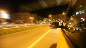 Impulsión de la ciudad de la noche en coche almacen de metraje de vídeo