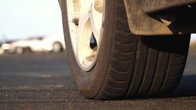 Impulsión de la fricción que compite con en la pista la rueda da vuelta al primer antes del comienzo almacen de metraje de vídeo