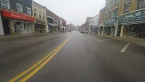 impulsión de la pequeña ciudad de 4K UltraHD A en condiciones atmosféricas brumosas almacen de video
