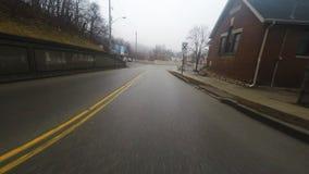 impulsión de la pequeña ciudad de 4K UltraHD A en tiempo lluvioso metrajes