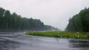 Impulsión de los coches en la lluvia almacen de video