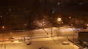 Impulsión de los coches en la noche en tormenta de la nieve almacen de video