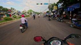 Impulsión del autobús de las vespas a lo largo de la calle ancha más allá de las plantas de las casas metrajes