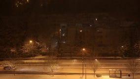 Impulsión del coche en la noche almacen de video