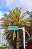 Impulsión del océano de la placa de calle del callejón del sur famoso del art déco de Miami Fotos de archivo libres de regalías