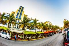 Impulsión del océano en Miami con Art Deco Style Breakwater Hotel famoso Imagen de archivo